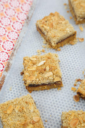 Birds eye view of mincemeat crumble slice