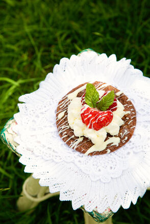 Chocolate cookie piled high with cream, strawberries and finished with a drizzle of chocolate, garnished with mint