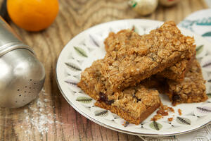 Gluten free and vegan mincemeat crumble slice traybake